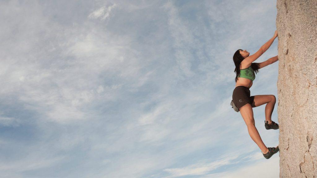崖を登る女性