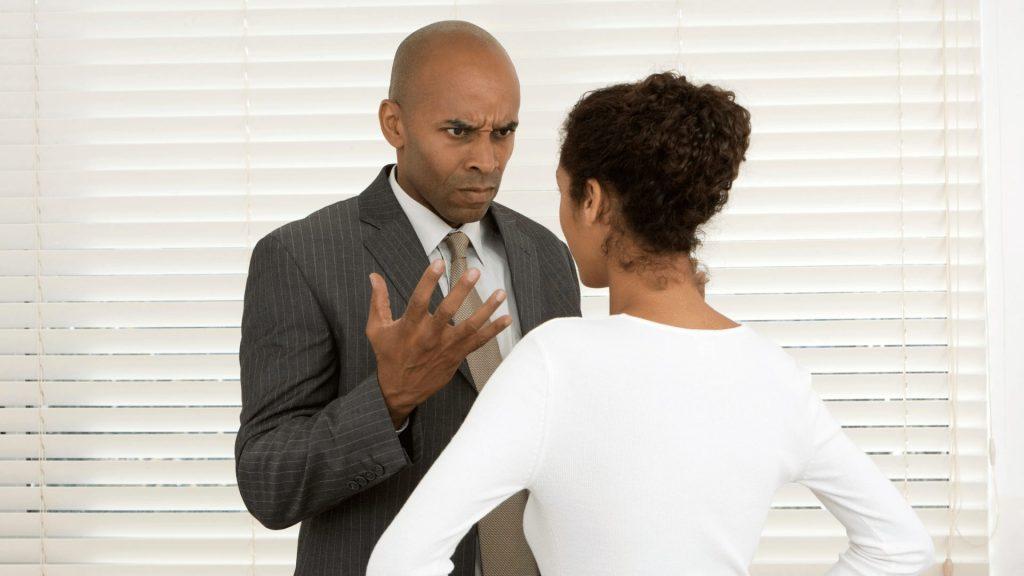 上司に反論する女性