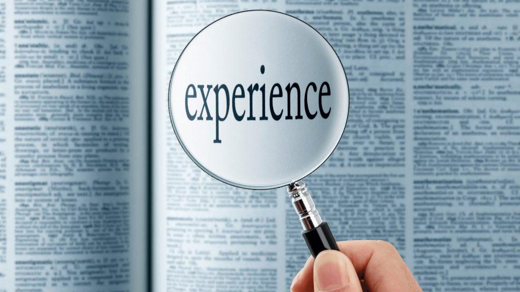 虫眼鏡で「experience」という単語を拡大している様子