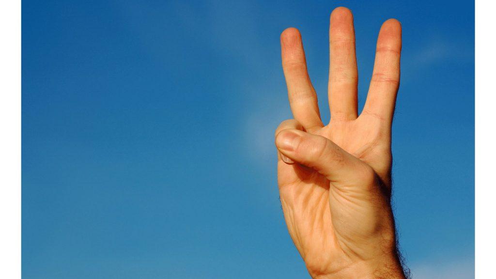 数字の3を指で示している写真