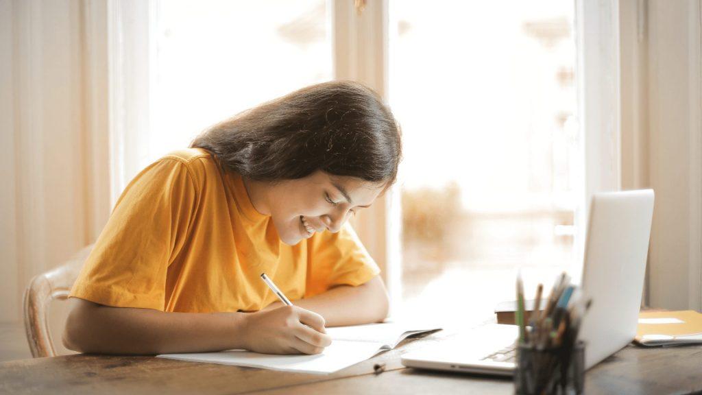 PCを使って勉強している女性